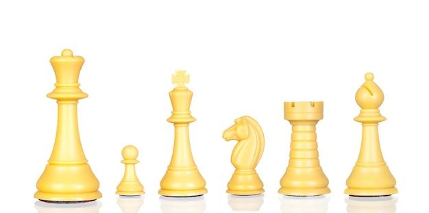Schach aus holz. satz schachfiguren. schachfiguren isoliert auf weißem hintergrund.