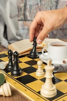 Schach spielen auf einem schachbrett