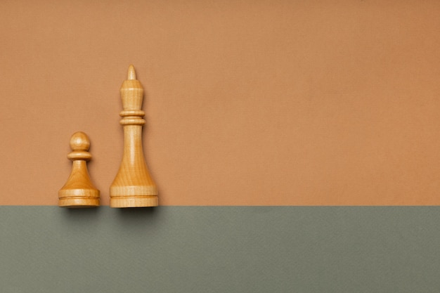 Schachbauern und könig auf draufsicht des flachen hintergrunds