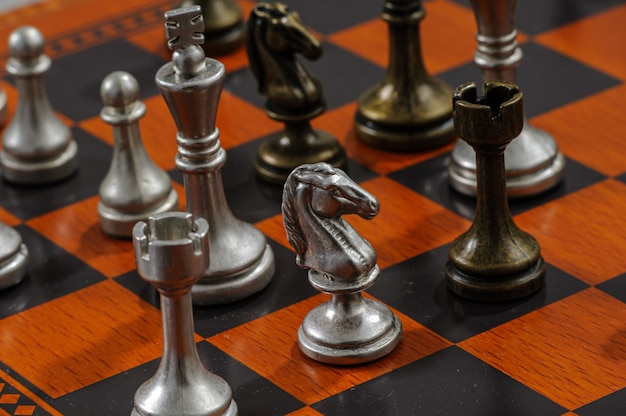 Schachbrett aus holz mit metallteilen. schachmatt.