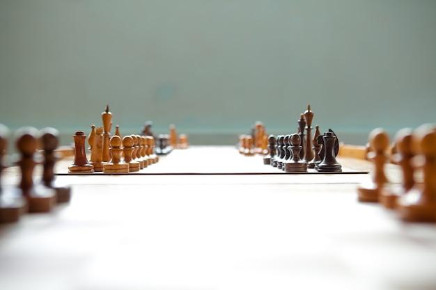 Schachbrett aus holz mit schachfiguren aus holz