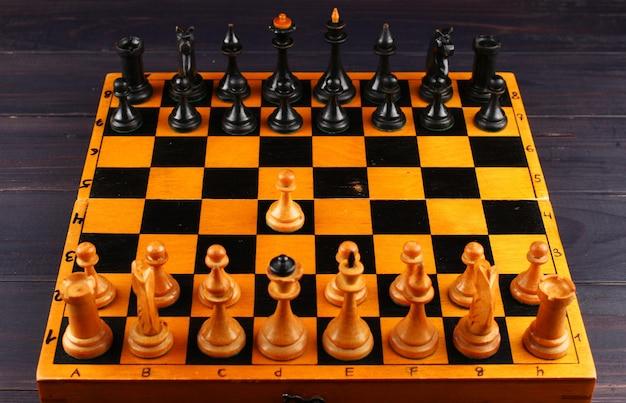 Schachbrett draufsicht und erste kurve