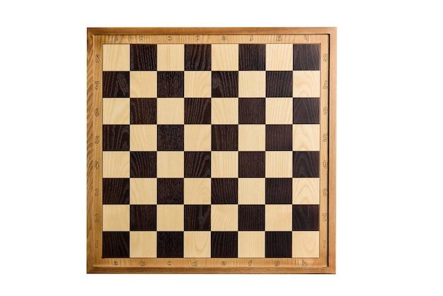 Schachbrett isoliert auf weißem hintergrund. schachbrett aus holz, von oben geschossen.