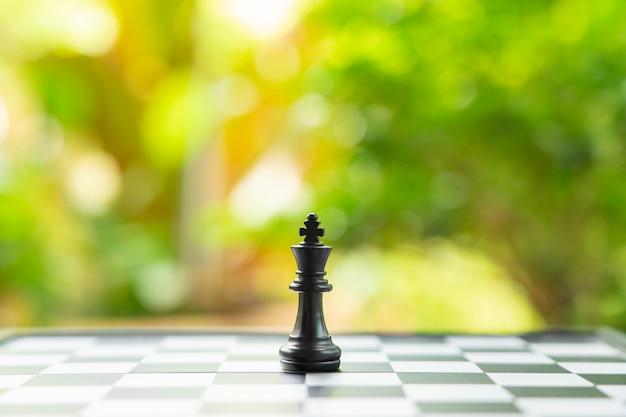 Schachbrett mit einer schachfigur auf der rückseite, die im geschäft verhandelt.