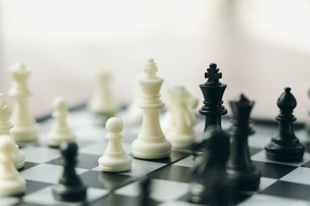 Schachbrett mit einer schachfigur auf der rückseite verhandeln im geschäft.