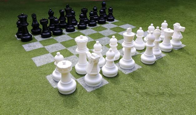 Schachbrett und schachfiguren im garten