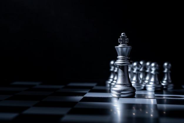 Schachbrettspiel für geschäftskonzept im licht und im schatten.