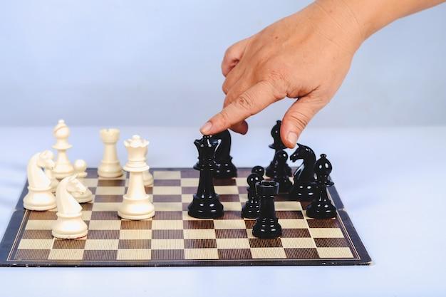Schachfigur an bord spielkonzept für wettbewerb und strategie.