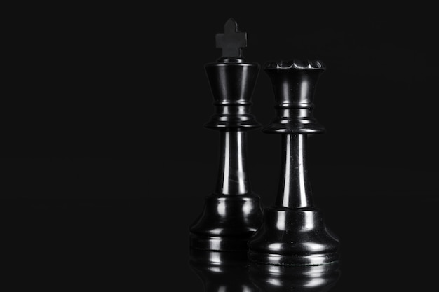 Schachfigur nah oben auf schwarzem. leadership-konzept
