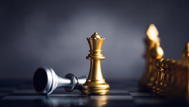 Schachfigur steht vor dem bauern