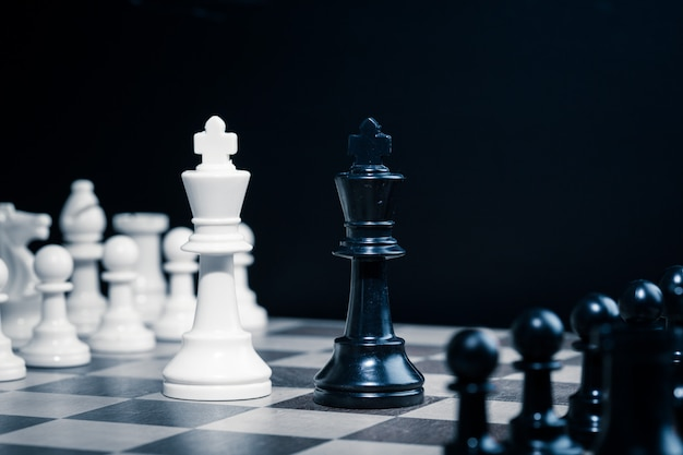 Schachfiguren auf einem schachbrett gesetzt