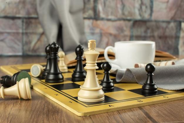 Schachfiguren auf einem schachbrett, horizontale ansicht