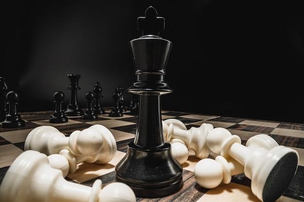 Schachfiguren auf hölzernem schachbrettmakrofoto