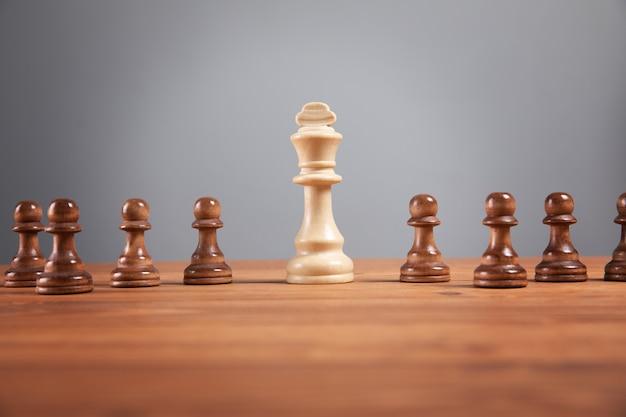 Schachfiguren auf holzoberfläche