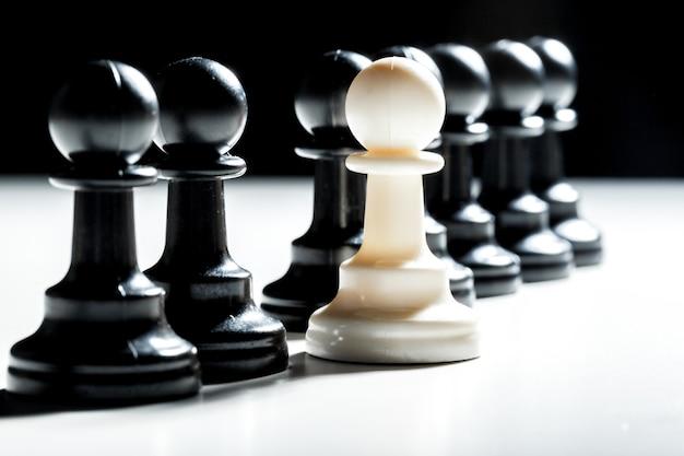 Schachfiguren auf schwarz