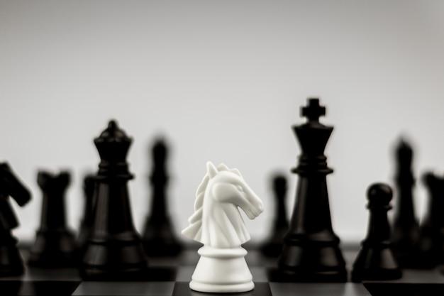 Schachfiguren des weißen pferdes an bord