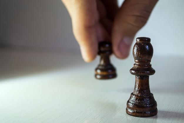 Schachfiguren halten bauern wie bauern