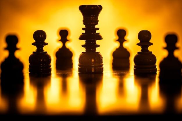 Schachfiguren in goldenem licht