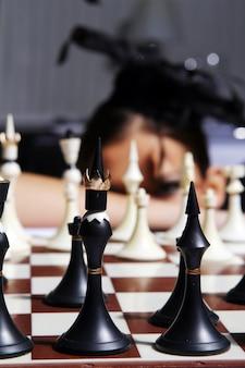 Schachfiguren mit unscharfem hintergrund