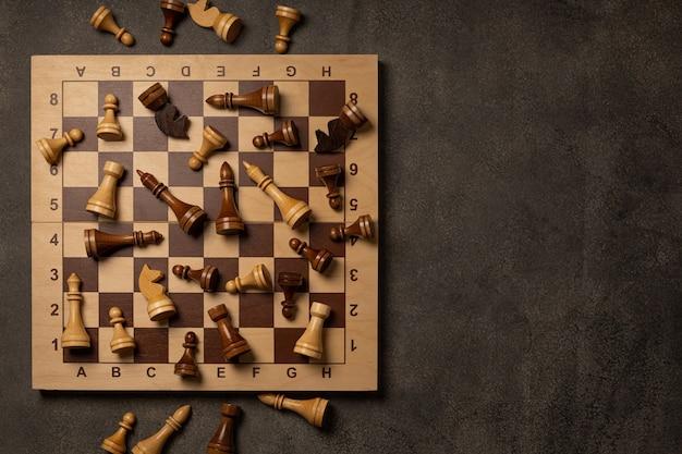 Schachfiguren sind chaotisch auf einem schachbrett verstreut