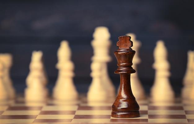 Schachfiguren und spielbrett