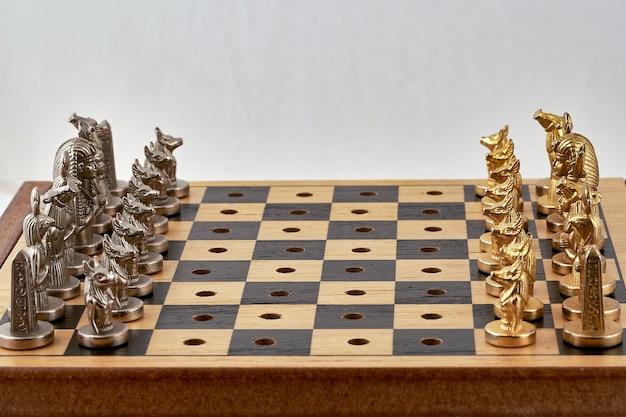Schachfiguren werden vor spielbeginn auf das brett gelegt