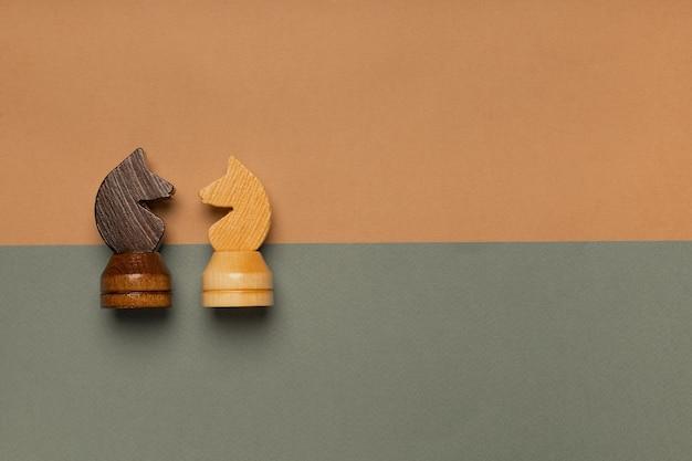 Schachpferde auf draufsicht des flachen hintergrunds