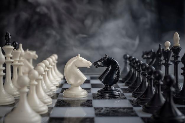 Schachritter kopf an kopf.
