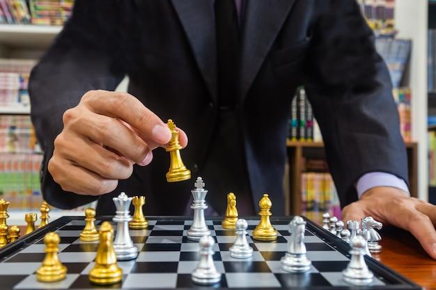Schachspiel auf schachbrett hinter geschäftsmannhintergrund. geschäftskonzept zur präsentation von finanzinformationen und marketingstrategieanalysen.
