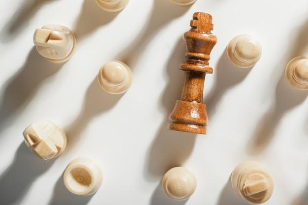Schachspiel oder schachfiguren auf weißer oberfläche