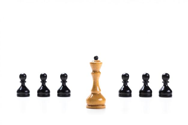 Schachspiel oder schachfiguren mit weißer oberfläche