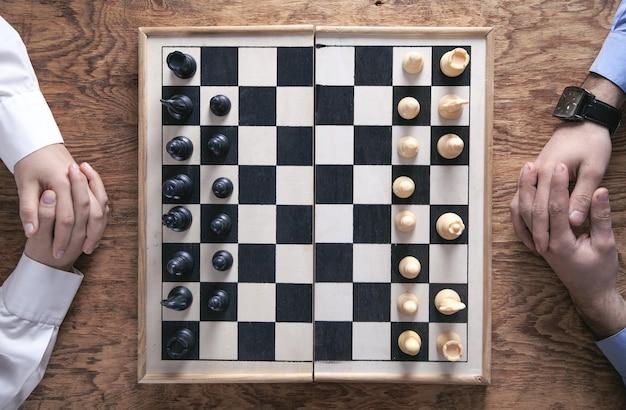 Schachspiel spielen. konzept der wettbewerbsstrategie