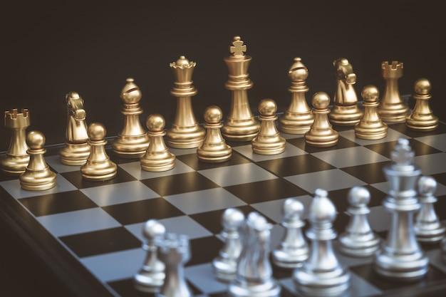 Schachspiel, stellen sie das brett so ein, dass es darauf wartet, sowohl in gold- als auch in silberfiguren zu spielen
