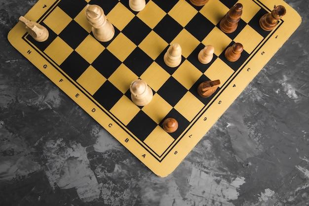 Schachspielsteine auf dem brett