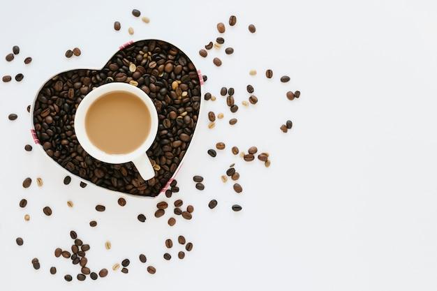 Schachtel kaffeebohnen mit kaffeetasse