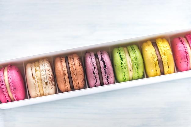 Schachtel mit bunten macarons