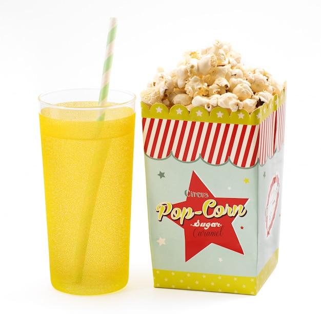 Schachtel popcorn mit einem alkoholfreien getränk