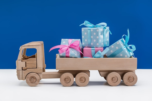 Schachteln mit geschenken in blau mit weißen tupfen und rosa papier