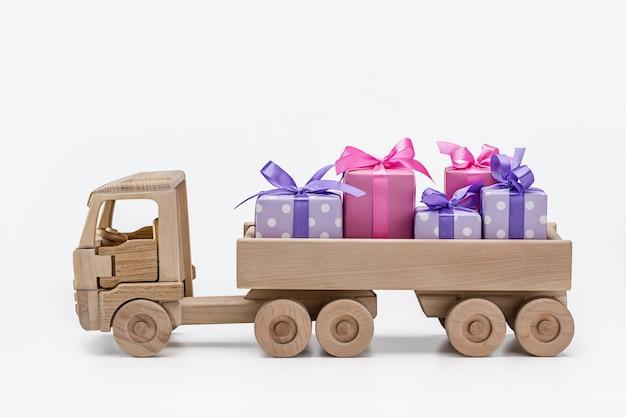 Schachteln mit geschenken in lila mit weißen tupfen und rosa papier