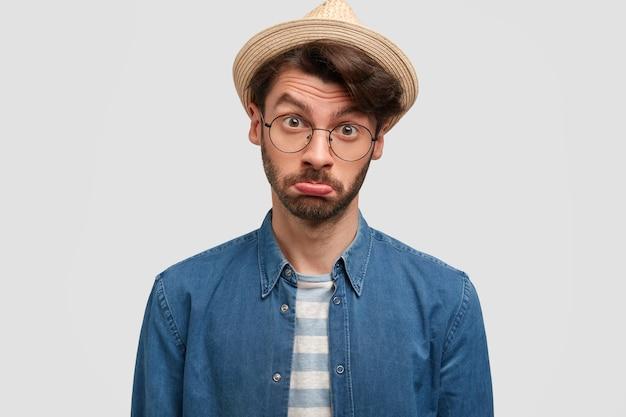 Schade! menschen- und ressentimentskonzept. beleidigter bärtiger männlicher gärtner krümmt und spitzt lippen