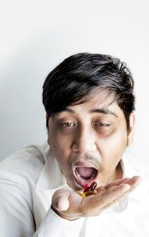 Schäbige asiatische mannkrankheit muss eine droge nehmen