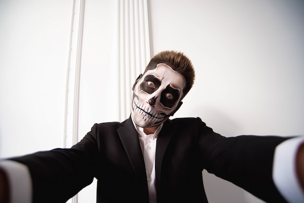 Schädel bilden porträt des jungen mannes, halloween-gesichtskunst