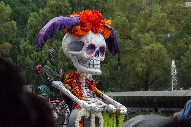 Schädel in parade der toten von reforma in mexiko-stadt