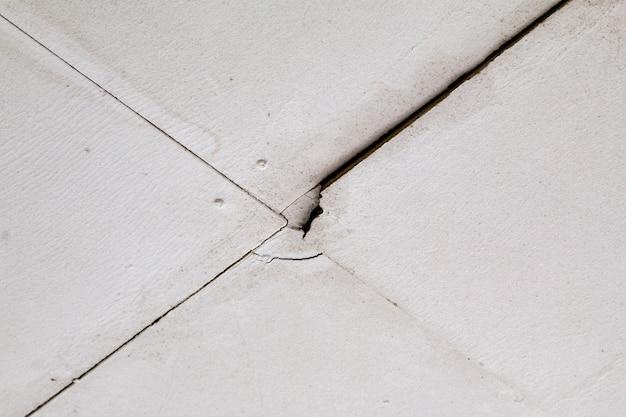 Schäden durch wasseraustritt an einer deckenkappe