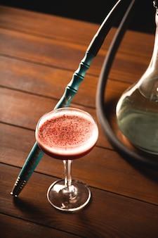 Schädliche angewohnheit, eine wasserpfeife in einer bar für entspannungskonzept zu rauchen.