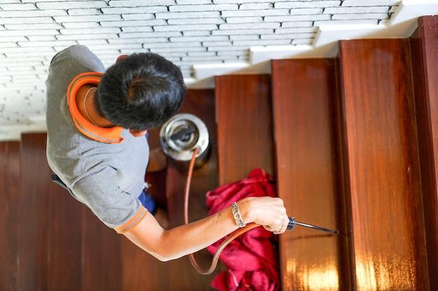 Schädlings- / termitenbekämpfungsdienste auf holztreppen im neuen haus, in denen termitenschilder angebracht sind.