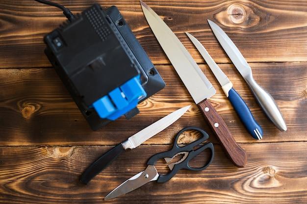 Schärfen eines messers auf einem elektrischen spitzer zu hause.