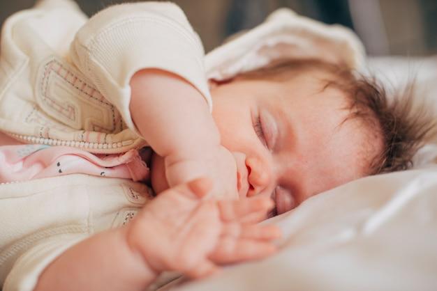Schätzchen, das friedlich auf bett schläft