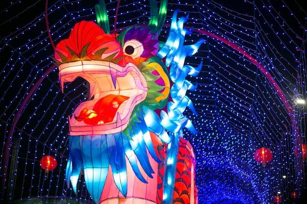 Schaffungskunstdrache, die mit licht im festival des chinesischen neujahrsfests, nakhonsawan-provinz darstellt