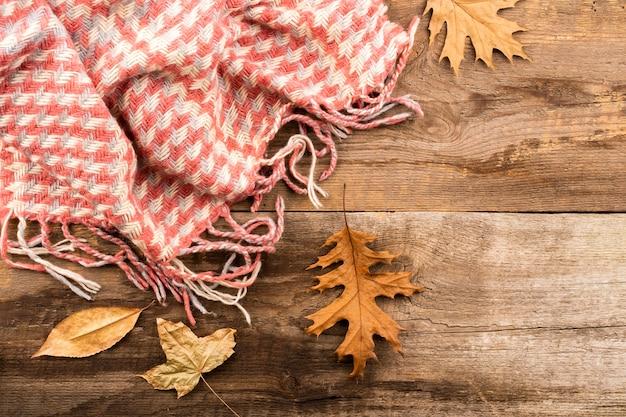 Schal auf hölzernem hintergrundkopienraum